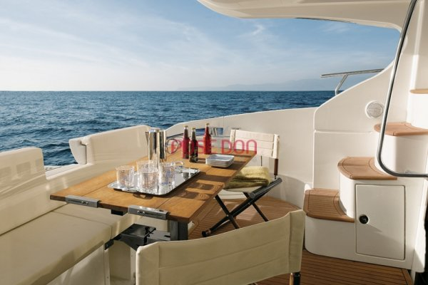 Azimut 43 - 2005 - cockpit telescopic table