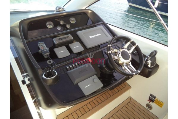 Sunseeker Portofino 48 - 2011 - helm position